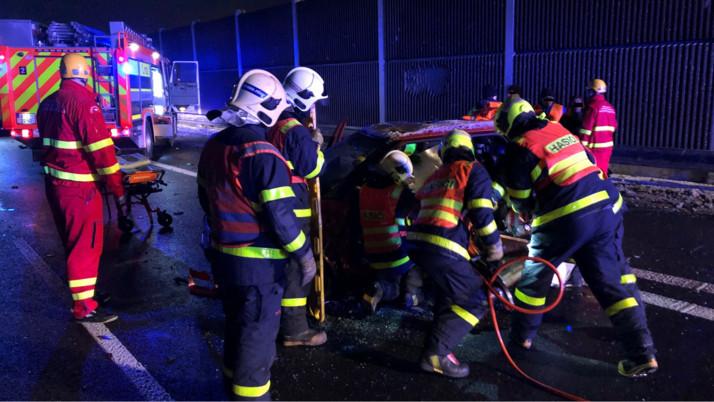 Po nehodě na dálnici u Klimkovic hasiči vyprošťovali řidiče fabie
