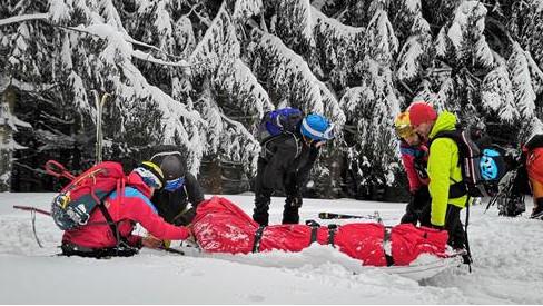 V Beskydech se těžce zranil skialpinista bez přilby, horská služba si k němu musela prořezávat cestu