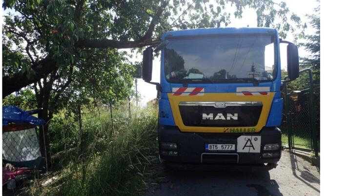 V Orlové se zřítil starý strom na auto popelářů