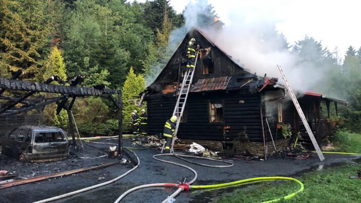 Zkáza beskydské roubenky, hasiči mají za sebou obtížný zásah v Kunčicích
