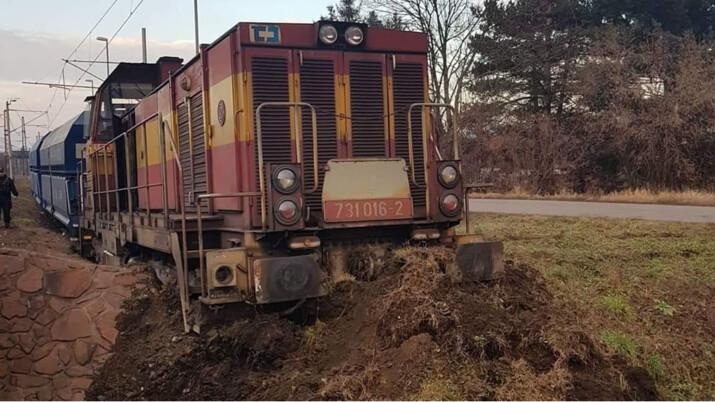 Těsně u hlavní trati na Slovensko vykolejila lokomotiva s nákladními vagóny, příčina nehody se vyšetřuje