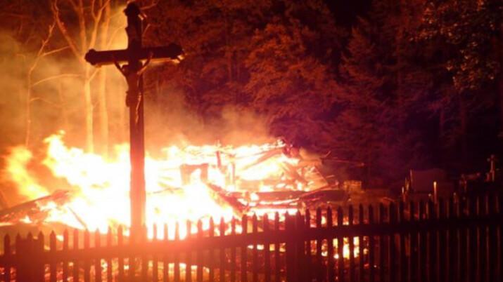 Zemřel mladík z trojice žhářů, kteří podpálili dřevěný kostel v Gutech. Kněz za něj odslouží mši v nově vysvěceném kostele