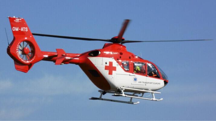 Muž spadl na Opavsku při práci na stavbě z vrtací soupravy, letěl pro něj vrtulník