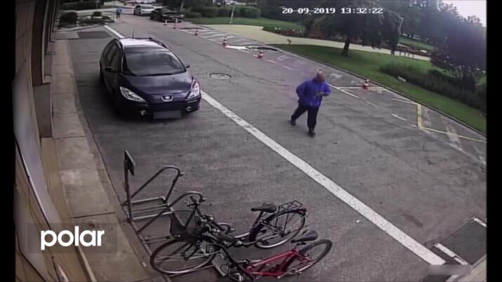 VIDEO: V klidu přestřihl zámek a odjel na kradeném kole, procházející si zloděje nevšimli