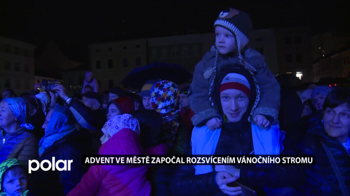 Vánoční strom ve Frýdku-Místku už svítí. Lidé se teď dočkají bohatého adventního programu