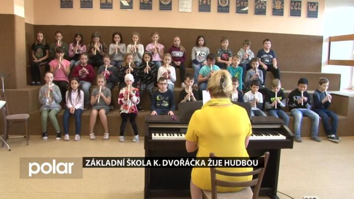 Děti ze Základní škola K. Dvořáčka žijí hudbou.Na škole je několik sborů