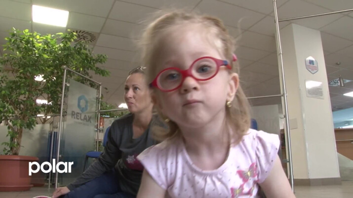 Rodina z Orlové prosí o pomoc pro nemocnou tříletou Amálku. Díky rehabilitacím by mohla začít chodit