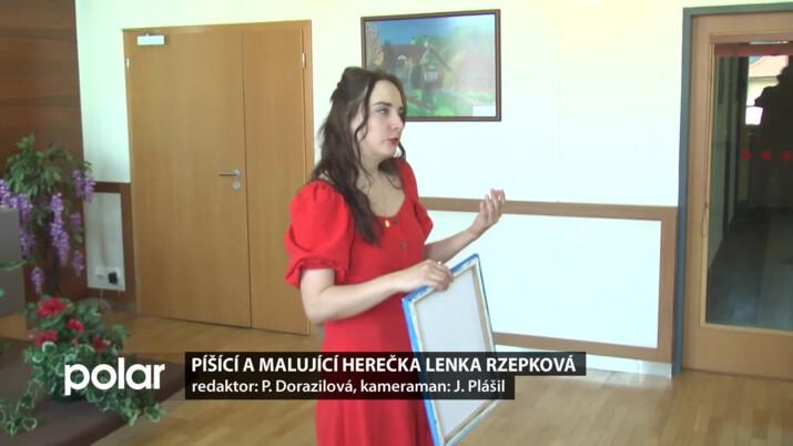 Píšící a malující herečka Lenka Rzepková žije v Praze, její dětství ale patří Čeladné