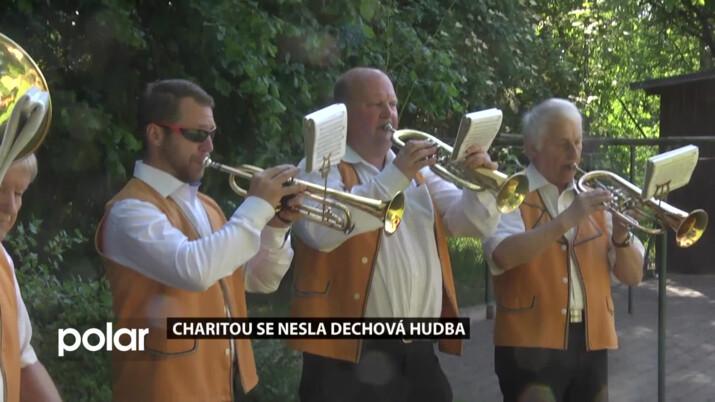Klientům domova seniorů zpříjemnili odpoledne lidové písničky